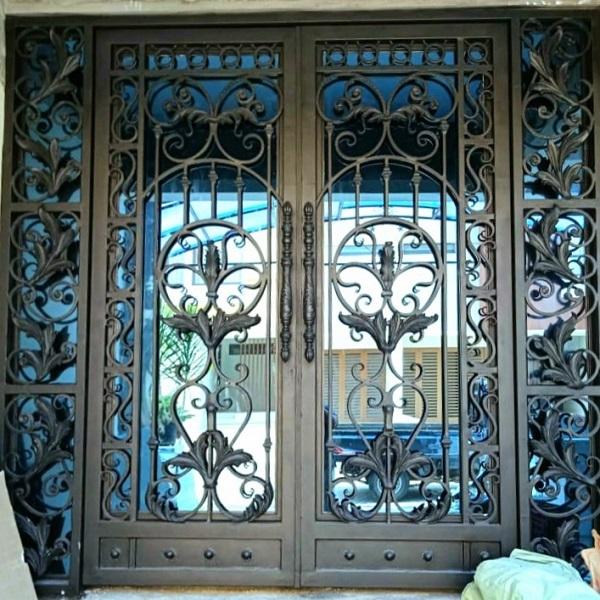 Pintu utama besi tempa klasik rumah mewah